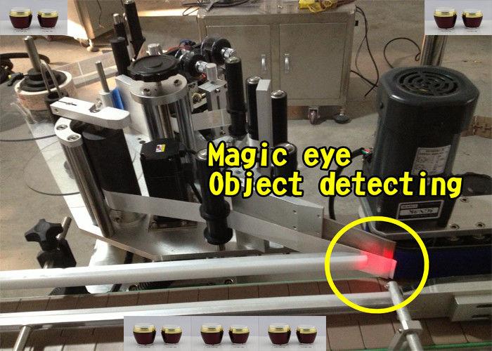 Stroj za samodejno nanašanje nalepk za steklenice medu