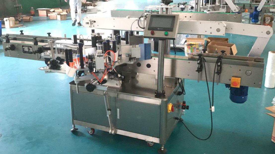 Stroj za nanašanje etiket na sprednji in zadnji strani s korekcijskim mehanizmom